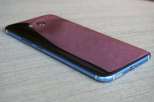 HTC U11: Rückseite liegend