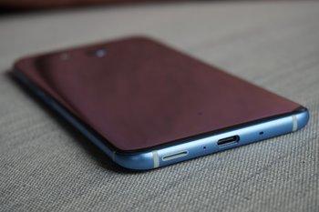 HTC U11: Rück- und Unterseite liegend