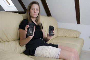 Fanny Schlatter mit dem explodierten Samsung Smartphone