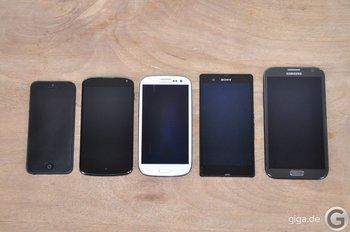 Von links nach rechts: iPhone 5, Google Nexus 4, Samsung Galaxy S3, Sony Xperia Z und Samsung Galaxy Note 2