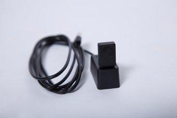 Der Verbindungsadapter kann via USB an den PC gesteckt werden, optional mit Kabel und Dock, um die Reichweite zu erhöhen.