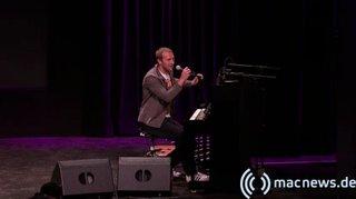 Apple Keynote: Chris Martin von Coldplay spielt live
