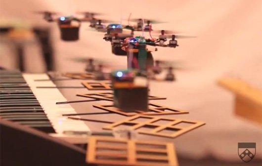 Fliegende Robot Quadrotors spielen James Bond-Soundtrack