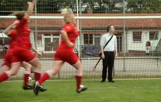 """Olli Schulz: """"Spielerfrau""""-Video - Wembley, Flitzer, hallo HSV"""