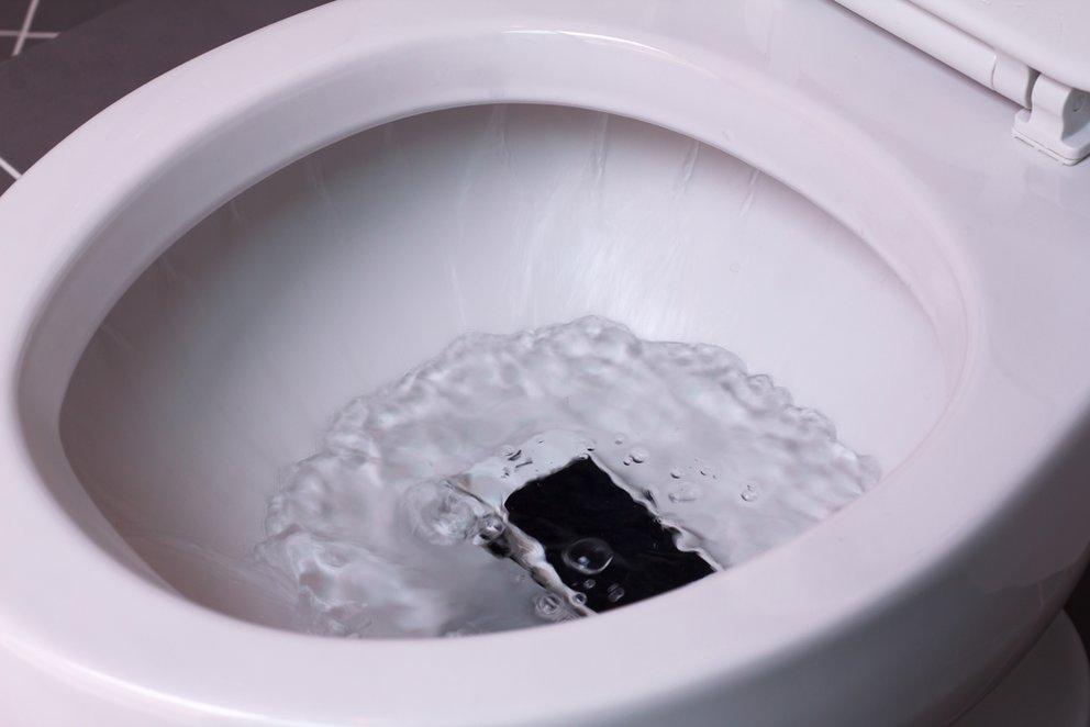 Handy Wasserschaden Klo