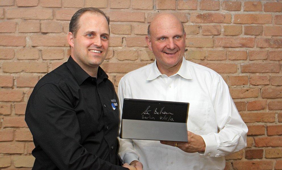 emotion touch Geschäftsführer Oliver Bittis mit Steve Ballmer in der Microsoft Dark Side Bakery.