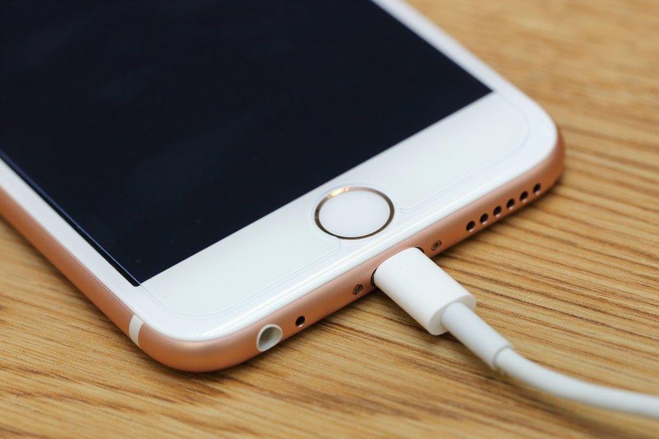 Kommt der Ladestecker wirklich bis in das iPhone oder gibt es einen Spalt?