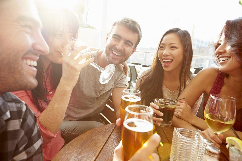 Ist Alkohol im Spiel, werden Fragen und Antworten schnell anzüglicher. Passt aber auf, dass ihr es nicht übertreibt, sonst folgt am nächsten Morgen der Katzenjammer.