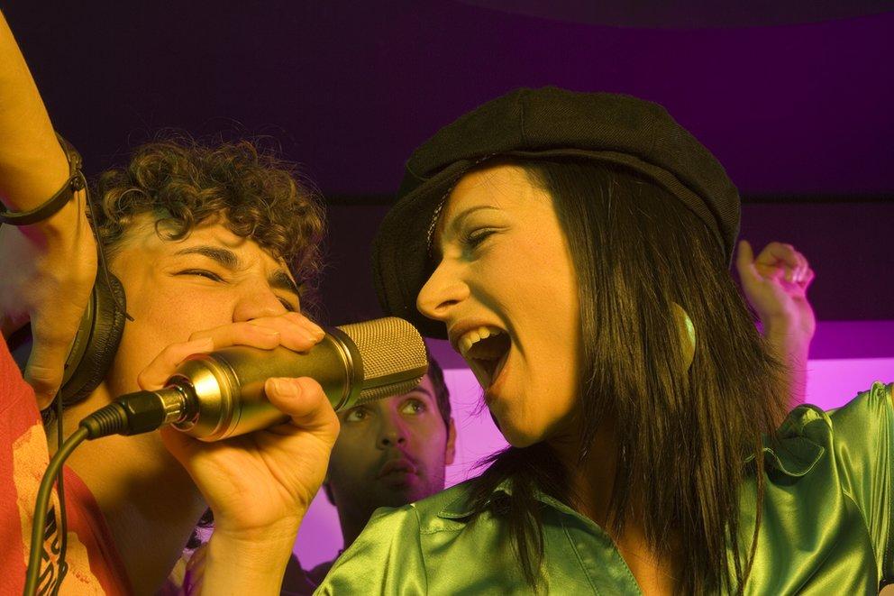 Junges Pärchen singt karaoke close up