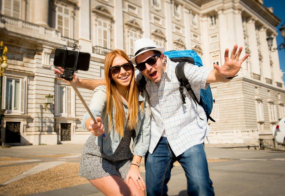Fröhliche Touristen machen ein Foto beim sightseeing