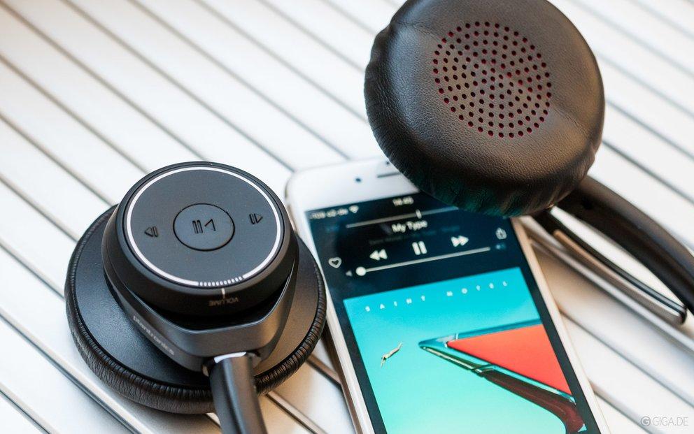 Bluetooth-Headset Plantronics B825 mit iPhone.