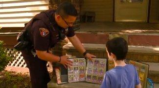 Herzzerreißend: Polizist schenkt bestohlenem Jungen seine komplette Pokémon-Kollektion