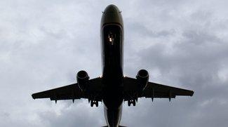 Smartphone im Flugzeug: Was ohne Flugmodus wirklich passieren würde