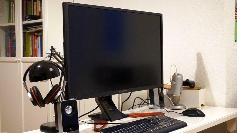 Acer-Predator-XB321HK-4K-Gaming-Monitor-Test-00-Totale-Schreibtisch-q_GIGA