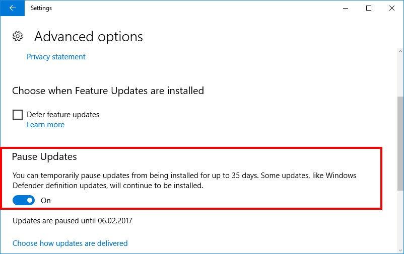Ab dem Creators Update könnt ihr Updates auch pausieren.