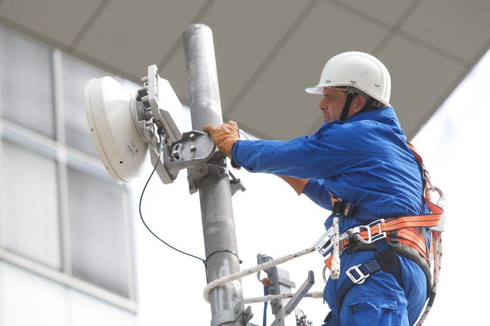 Ein Techniker bei der Arbeit am Fernmeldeturm. (Quelle: Telekom)