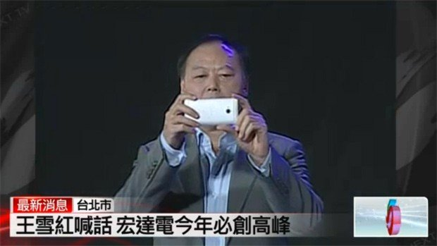 HTC M7: CEO Chou zeigt kommendes Smartphone, heizt die Menge an