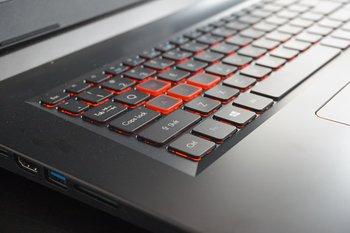 Acer Predator Helios 300: Beleuchtetes Keyboard und hervorgehobene WASD-Tasten