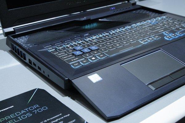 Leicht angeschrägt: Die Tastatur ragt über den Laptop hinaus