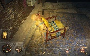 Ein lebender Ghul als Stuhl im Hauptquartier des Rudels