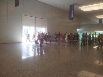 Eingang gesperrt  weil überfüllt. Am Donnerstag. #gamescom http://t.co/7QcZq9ASaW