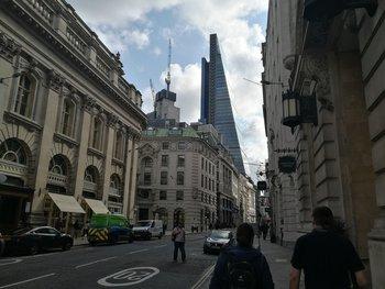 Beim Foto dieser Londoner Straßenschlucht fallen Probleme bei starken Hell-Dunkel-Kontrasten ins Gewicht, zudem schärft die Software etwas zu stark nach.