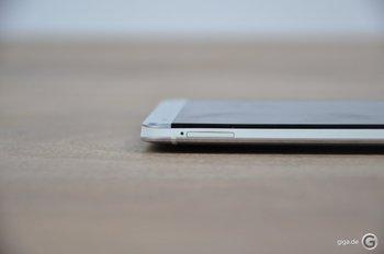 HTC One Spaltmaße - Das SIM-Loch sieht etwas abgenutzt aus