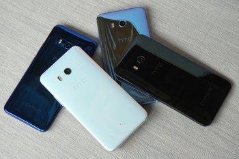 HTC U11: Farbvarianten auf einem Stapel