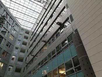 """Blick ins Atrium unseres Firmengebäudes: Beim Zoomen wird starkes Bildrauschen sichtbar, außerdem ein deutlicher """"Halo-Effekt"""" bei harten Hell-Dunkel-Kontrasten, der durch zu starkes Nachschärfen im Postprocessing herrührt"""