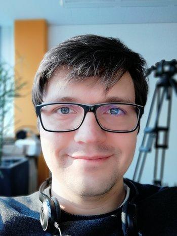Selfie im Porträtmodus, aber auch hier mit Problemen beim künstlichen Bokeh. Man beachte das Kamerastativ im Hintergrund.