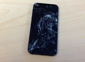 Erst 4 Wochen alt war das iPhone 5 von Stefan, als es aus 50 Zentimetern auf den Boden fiel.