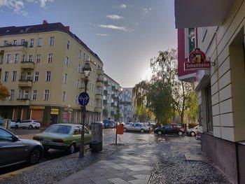 Straßenbild, kurz nach dem Regen. Der HDR-Effekt ist deutlich, sieht zwar etwas unrealistisch, aber hübsch aus – trotz schwieriger Lichtbedingungen (Gegenlicht). (© Frank Ritter/GIGA.DE)