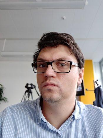Das Porträt-Selfie gelingt selbst mit Bokeh-Berechnung. Jedes graue Haar ist sichtbar – leider. (© Frank Ritter/GIGA.DE)