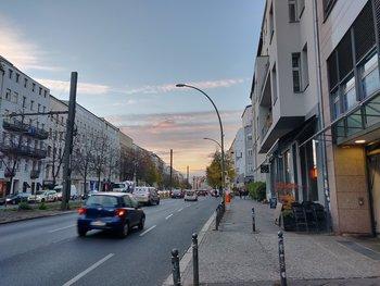 Die Torstraße im Abendlicht. Sieht ungezoomt gut aus, aber auch hier leichte Schwächen im Bildhintergrund wegen des zu aggressivem Postprocessings. (© Frank Ritter/GIGA.DE)