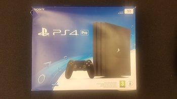 © GIGA GAMES – Verpackung der PlayStation 4 Pro (vorne)