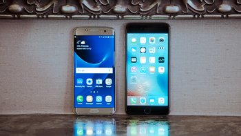 Samsung Galaxy S7 edge (links), Apple iPhone 6s Plus (rechts)