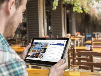 Satellite-Radius-11_L10W-B_Tablet-Mode_Cafe-outdoor_01