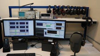 Zum Inventar gehören natürlich auch einige Maschinen zur Messung und Kalibrierung der Klangtreiber.