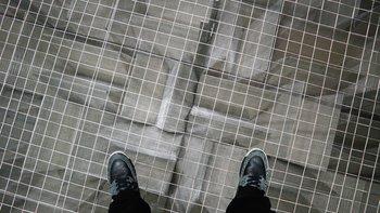 Der Fußboden besteht aus einem Netz, darunter befindet sich noch mehr Dämm-Material.