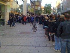 Warteschlange vor dem Apple Store in München