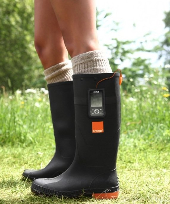 Orange Power Wellies: Gummistiefel produzieren Strom fürs Handy