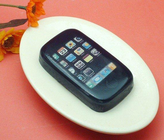 Für reinliche Fanboys: iPhone-Seife mit Grillwurstduft