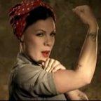 """P!nk: Videopremiere zu """"Raise Your Glass"""" + Eminem-Zusammenarbeit """"Won't Back Down"""" als Free-Mp3"""