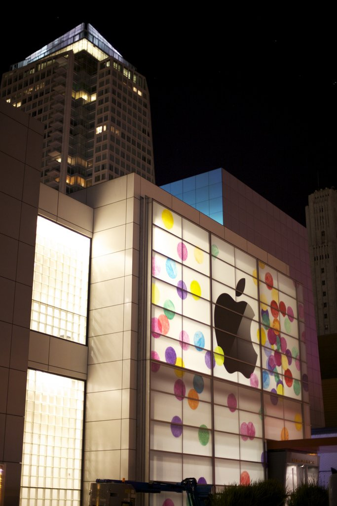 Farbenfroh: Apple dekoriert Yerba Buena Center für iPad Event