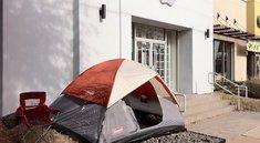 Erster Camper wartet auf das iPad 2
