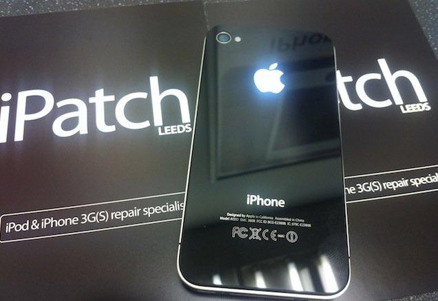 iPhone 4 mit leuchtendem Apple-Logo