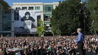Apple-Feierlichkeit zu Ehren Steve Jobs': Reden von Tim Cook, Bill Campbell und Al Gore, Musik von Norah Jones und Coldplay