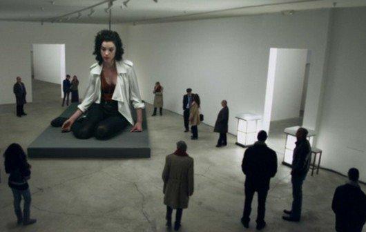 Die Musik-Videos der Woche: Stunts, Wrestling und die Riesenfrau