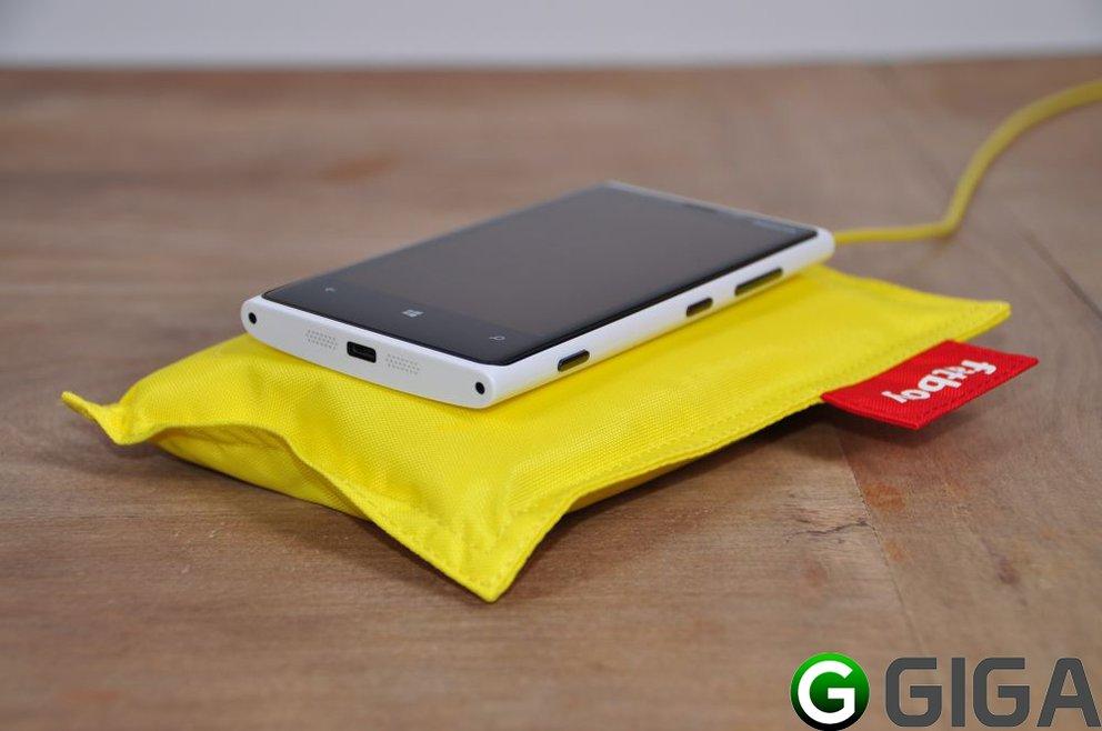 Nokia-Lumia920 + Fatboy-Ladekissen