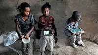 Äthiopische Kinder lernen mit Tablet Englisch und hacken das System